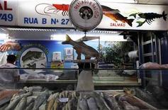 <p>Imagen de archivo de un vendedor en una pescadería del mercado municipal de San Paulo, Brasil, feb 4 2012. El banco central de Brasil no movería al menos hasta finales del próximo año la tasa de interés de referencia, actualmente en su mínimo histórico del 7,25 por ciento, para apoyar una débil recuperación económica, mostró un sondeo semanal a economistas publicado. REUTERS/Nacho Doce</p>