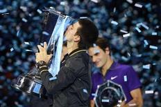 <p>El tenista serbio Novak Djokovic celebra tras vencer el lunes al suizo Roger Federer en la final del Masters de Londres, el torneo que pone fin a la temporada de la ATP. Nov 12, 2012. REUTERS/Dylan Martinez</p>