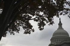 <p>Imagen de archivo del domo del Capitolio estadounidense en Washington, nov 21 2011. El déficit presupuestario de Estados Unidos aumentó en octubre, el primer mes del año fiscal 2013, mientras inminentes negociaciones sobre reducciones de gastos y recortes de impuestos que van a expirar dominaban el panorama post electoral. REUTERS/Jonathan Ernst</p>