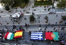 <p>Un grupo de manifestantes con las banderas de Italia, España, Grecia y Portugal durante una protesta por la plaza Syntagma de Atenas, nov 14 2012. Policías y manifestantes chocaron en España e Italia el miércoles, mientras millones de trabajadores se plegaron a huelgas en varias partes de Europa para protestar por los recortes de gasto que según dicen han empeorado la crisis económica. REUTERS/Yannis Behrakis</p>