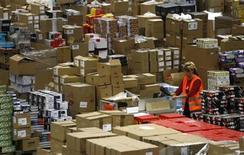 <p>Imagen de archivo de una empleada en un almacén de la minorista Amazon en Leipzig, Alemania, dic 3 2008. El encanto de Amazon.com Inc para atraer compradores por internet en la temporada de fin de año podría diluirse este año. REUTERS/Fabrizio Bensch</p>