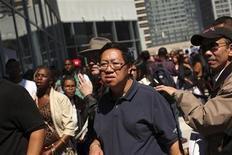 <p>Imagen de archivo de un grupo de postulantes a empleos en una tienda de la cadena minorista Target en San Francisco, ago 9 2012. La enorme tormenta Sandy hizo que las nuevas solicitudes de subsidios por desempleo en Estados Unidos subieran a un máximo en un año y medio la semana pasada, una señal de que la mortal tormenta podría contener el crecimiento económico al dejar a miles de personas temporalmente sin empleo. REUTERS/Robert Galbraith</p>