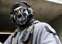 """<p>Foto de archivo de un hombre disfrazado durante el lanzamiento del videojuego """"Call of Duty: Modern Warfare 3"""" en Los Angeles, EEUU, sep 2 2011. El último videojuego """"Call of Duty"""" registró ventas de más de 500 millones de dólares en las primeras 24 horas de su lanzamiento, un nuevo récord, dijo el viernes su fabricante Activision Blizzard. REUTERS/Gene Blevins</p>"""