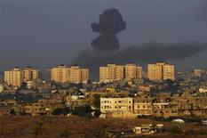 <p>Israël a poursuivi ses bombardements contre des cibles activistes dans la bande de Gaza dimanche pour la cinquième journée consécutive, par des moyens navals et aériens avant une éventuelle intervention terrestre. /Photo prise le 18 novembre 2012/REUTERS/Amir Cohen</p>