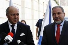 """<p>Le ministre des Affaires étrangères français Laurent Fabius (à gauche) aux côtés de son homologue israélien Avigdor Lieberman, à Jérusalem. Le chef de la diplomatie française s'est rendu ce dimanche en Israël pour offrir l'aide de la France afin de """"parvenir à un cessez-le-feu immédiat"""" alors que l'Etat hébreu continue ses bombardements dans la bande de Gaza et que les tirs palestiniens se poursuivent vers le sud d'Israël. /Photo prise le 18 novembre 2012/REUTERS/Ammar Awad</p>"""