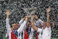 <p>L'équipe tchèque de Coupe Davis soulève le saladier d'argent après sa victoire 3-2 face aux Espagnols, tenants du titre, dimanche à Prague lors de la finale de l'épreuve. /Photo prise le 18 novembre 2012/REUTERS/Petr Josek</p>