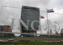 <p>Le néerlandais de bancassurances ING procèdera au remboursement en quatre tranches de l'aide publique de 10 milliards d'euros reçue par le groupe en 2008. Un premier remboursement de 1,125 milliard d'euros sera effectué le 26 novembre. /Photo prise le 7 novembre 2012/REUTERS/Michael Kooren</p>