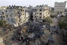 <p>Maison détruite à Khan Younès, dans le sud de la bande de Gaza, par un raid aérien de Tsahal. L'aviation israélienne a bombardé lundi plusieurs dizaines de cibles dans la bande de Gaza, où les tirs de roquettes en direction de l'Etat hébreu se sont faits plus rares sur fond de grandes manoeuvres diplomatiques au Caire. /Photo prise le 19 novembre 2012/REUTERS/Ibraheem Abu Mustafa</p>