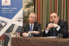 <p>Le président du directoire d'Areva Luc Oursel (à gauche) et le Premier ministre écossais Alex Salmond. Areva a signé lundi un protocole d'accord avec l'Ecosse pour construire un site de fabrication d'éoliennes maritimes dans l'est du pays, qui viendra compléter le dispositif européen du spécialiste public des énergies nucléaire et renouvelables. /Photo prise le 19 novembre 2012/REUTERS/Benoît Tessier</p>