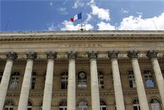 <p>Les Bourses européennes évoluent toujours en nette hausse à mi-séance et Wall Street devrait également ouvrir sur des gains, les investisseurs entrevoyant une possible issue à l'impasse budgétaire aux Etats-Unis. À Paris, le CAC 40 gagnait 1,39% à 3.388,06 points à la mi-séance. /Photo d'archives/REUTERS/Charles Platiau</p>