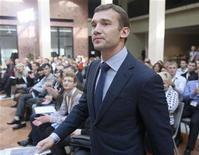 """<p>L'ancien buteur de l'Ukraine Andreï Chevtchenko, 36 ans, a refusé de prendre les rênes la sélection nationale, estimant qu'il serait """"un peu prématuré pour (lui) de diriger l'équipe nationale"""". Il a mis un terme à sa carrière de joueur en juin, après l'élimination de l'Ukraine au premier tour de l'Euro. /Photo prise le 19 octobre 2012/REUTERS/Gleb Garanich</p>"""
