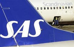 <p>La compagnie aérienne scandinave SAS a trouvé lundi un accord avec sept des huit syndicats sur des économies de coûts destinées à assurer la survie du groupe menacé de faillite. /Photo prise le 13 novembre 2012/REUTERS/Johan Nilsson/Scanpix</p>