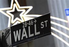 <p>Wall Street a ouvert en nette hausse lundi, dans un marché rassuré par les progrès apparents dans les négociations budgétaires au Congrès. Après cinq minutes d'échanges, le Dow Jones gagne 0,80%. Le Standard & Poor's 500 s'adjuge 1,16% et le Nasdaq prend 1,19%. /Photo d'archives/REUTERS/Brendan McDermid</p>