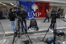 <p>Siège de l'UMP, à Paris. Les partisans de Jean-François Copé comme de François Fillon continuent à revendiquer lundi la victoire pour la présidence de l'UMP. /Photo prise le 19 novembre 2012/REUTERS Charles Platiau</p>