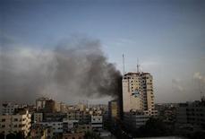 """<p>Una columna de humo tras un ataque aéreo israelí, presenciado por un periodista de Reuters, a un edificio que también alberga oficinas de prensa extranjera en Gaza. 19 noviembre, 2012. Misiles israelíes impactaron el lunes por segundo día consecutivo en un edificio en Gaza que alberga a varios periodistas extranjeros, causando la muerte de dos personas, entre ellos un militante que el grupo Jihad Islámica dijo que había estado a cargo de una """"guerra mediática"""" contra Israel. REUTERS/Ahmed Jadallah</p>"""
