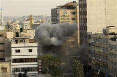 <p>Frappe aérienne israélienne, à Gaza. Israël et le Hamas se sont dits lundi prêts à observer une trêve, avant de se renvoyer la responsabilité de l'échec d'une solution diplomatique dans le conflit armé qui les oppose dans la bande de Gaza depuis près d'une semaine. /Photo prise le 19 novembre 2012/REUTERS/Ahmed Jadallah</p>
