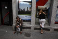 <p>A Madrid. Selon un document que s'est procuré Reuters, les pays de l'Union européenne vont envisager de réduire les pouvoirs dont pourrait être dotée la Banque centrale européenne en matière de supervision des banques, afin de permettre un accord sur l'union bancaire malgré les réticences allemandes et britanniques. Le projet d'union bancaire est censé permettre d'appliquer les mêmes règles à l'ensemble des banques de l'Union pour éviter une nouvelle crise financière. /Photo prise le 16 mai 2012/REUTERS/Susana Vera</p>