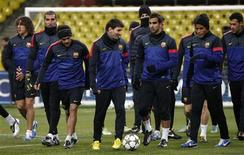 """<p>Les joueurs barcelonais à l'entraînement à Moscou lundi. Une pelouse artificielle et des températures glaciales sont autant d'obstacles que le FC Barcelone devra surmonter mardi pour obtenir son billet pour les huitièmes de finale de la Ligue des champions. Pour le milieu de terrain du Barça, Cesc Fabregas, """"la pelouse artificielle et le froid ne seront ni un problème ni une excuse"""", a-t-il expliqué lundi en conférence de presse. /Photo prise le 19 novembre 2012/REUTERS/Maxim Shemetov</p>"""