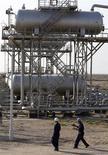 <p>Les cours du pétrole ont terminé en hausse de près de 3% lundi à New York, atteignant un pic depuis la mi-octobre, à la faveur d'inquiétudes sur l'offre suscitées par les tensions au Moyen-Orient et d'un optimisme relatif à la capacité des Etats-Unis à éviter une crise budgétaire. /Photo d'archives/REUTERS/Mohammed Ameen</p>