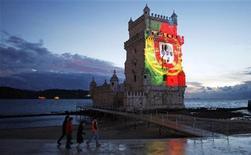 <p>Le Portugal a passé avec succès le sixième examen trimestriel mené par la mission d'inspection de l'Union européenne et du Fonds monétaire international (FMI), a annoncé lundi le ministre des Finances Vitor Gaspar, tout en ajoutant que les risques économiques demeuraient élevés. Les inspecteurs de la mission vont donc recommander le versement d'une nouvelle tranche de 2,5 milliards d'euros. /Photo d'archives/REUTERS/Jose Manuel Ribeiro</p>