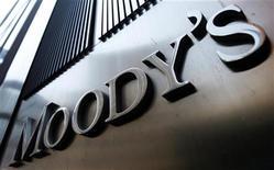 """<p>Moody's a abaissé lundi la note de crédit de la France de """"Aaa"""" à """"Aa1"""", estimant que les perspectives de croissance économique à long terme du pays étaient notamment affectées par une perte de compétitivité graduelle et continue ainsi que par des rigidités à long terme de ses marchés du travail, des biens et des services. /Photo d'archives/REUTERS/Mike Segar</p>"""