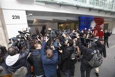 """<p>Journalistes devant le siège de l'UMP, à Paris. François Fillon a """"pris acte"""" lundi soir de la victoire de Jean-François Copé à la présidence de l'UMP, malgré une procédure qui """"ne recueille pas son approbation"""" et souffre selon lui de """"nombreuses irrégularités"""". /Photo prise le 19 novembre 2012/REUTERS/Charles Platiau</p>"""