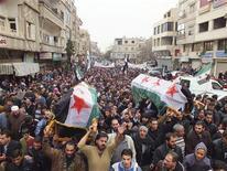 <p>Residentes cargan los cuerpos de tres personas que, según activistas, perdieron la vida durante un bombardeo de fuerzas leales al presidente sirio Bashar al-Assad, durante su funeral cerca a Damasco. 23 de noviembre, 2012. Más de 40.000 personas perdieron la vida en los 20 meses de conflicto entre las fuerzas del presidente sirio, Bashar al-Assad, y los rebeldes que buscan deponerlo, dijo el viernes un grupo de observadores de la violencia. REUTERS. Imagen para uso no comercial, ni ventas, ni archivos. Solo para uso editorial. No para su venta en marketing o campañas publicitarias. Esta imagen fue entregada por un tercero y es distribuida, exactamente como fue recibida por Reuters, como un servicio para clientes.</p>