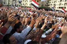 <p>Un seguidor del presidente egipcio Mohamed Mursi sostiene la copia del Corán durante una protesta en El Cairo alabando un nuevo decreto emitido el jueves. 23 de noviembre, 2012. Un decreto de amplio alcance emitido por el presidente egipcio, Mohamed Mursi, plantea dudas muy serias sobre los derechos humanos, dijo el viernes un funcionario de Naciones Unidas. REUTERS/Asmaa Waguih</p>