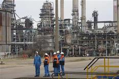 <p>Donné partant, le fonds souverain libyen est toujours en lice pour reprendre la raffinerie Petroplus de Petit-Couronne, placée en redressement judiciaire depuis le 24 janvier, ont déclaré mardi soir des responsables syndicaux. /Photo prise le 24 février 2012/REUTERS/Philippe Wojazer</p>