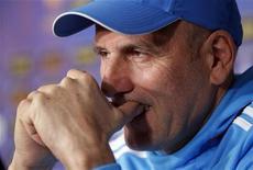 <p>L'entraîneur de l'OM, Elie Baup. L'Olympique de Marseille espère reprendre les commandes de la Ligue 1 ce mercredi en profitant de son match en retard contre Lyon, dont émergera quel que soit le résultat un nouveau leader du championnat. /Photo prise le 7 novembre 2012/REUTERS/Jean-Paul Pélissier</p>