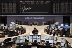 <p>En Bourse de Francfort. Les Bourses européennes continuent d'évoluer dans le rouge à mi-séance et Wall Street est attendue en baisse après avoir déjà subi mardi le contrecoup des négociations budgétaires américaines, qui semblent pour le moment piétiner. À Paris, le CAC 40 reculait de 0,38% vers 12h15 et à Francfort, le Dax cédait 0,22% tandis que l'indice paneuropéen EuroStoxx 50 baissait de 0,47%. /Photo prise le 28 novembre 2012/REUTERS/Remote/Lizza David</p>