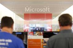 <p>Le titre Microsoft à suivre à New York. Le groupe américain affirme avoir vendu 40 millions de licences de Windows 8 depuis son lancement il y a un mois, un rythme plus rapide que pour Windows 7, lancé il y a trois ans. /Photo d'archives/REUTERS/Mike Blake</p>