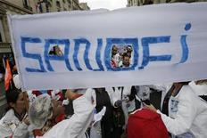 <p>Manifestation d'employés de Sanofi en octobre dernier. Selon Najat Vallaud-Belkacem, porte-parole du gouvernement, l'exécutif français devrait répondre favorablement à la demande d'une réunion associant les pouvoirs publics, la direction et les syndicats de Sanofi pour examiner le plan de réorganisation du groupe pharmaceutique. /Photo prise le 3 octobre 2012/REUTERS/Philippe Wojazer</p>