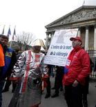 <p>Plusieurs dizaines de sidérurgistes du groupe ArcelorMittal de Florange, menacé de fermeture, ont manifesté mercredi à la mi-journée aux abords de l'Assemblée nationale avant d'être reçus par le ministre du Redressement productif Arnaud Montebourg. /Photo prise le 28 novembre 2012/REUTERS/Jacky Naegelen</p>
