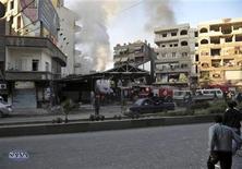 <p>Una multitud se reúne en el lugar de un estallido en el distrito oriental de Jaramana, cerca a Damasco. 28 de noviembre, 2012. REUTERS. Imagen para uso no comercial, ni ventas, ni archivos. Solo para uso editorial. No para su venta en marketing o campañas publicitarias. Esta imagen fue entregada por un tercero y es distribuida, exactamente como fue recibida por Reuters, como un servicio para clientes. Al menos 34 personas murieron el miércoles en Siria cuando dos coches bomba explotaron en un distrito de Damasco leal al presidente Bashar al-Assad, dijeron activistas y medios de comunicación.</p>