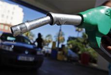 <p>Le gouvernement va arrêter début janvier le dispositif mis en place pour contenir la flambée des prix des carburants, tirant un bilan positif de celui-ci même s'il a été épaulé par le recul sensible des cours internationaux du pétrole brut. /Photo prise le 27 août 2012/REUTERS/Eric Gaillard</p>