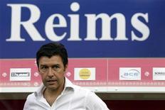 <p>L'entraîneur du Stade de Reims Hubert Fournier. Le promu, qui n'a pris que deux points depuis la huitième journée de Ligue 1, découvre l'élite et devra se rassurer samedi contre Valenciennes, pour ne pas retomber en Ligue 2 en fin de saison. /Photo prise le 12 août 2012/REUTERS/Pascal Rossignol</p>