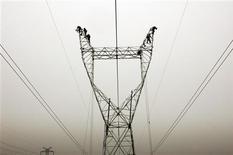 <p>Le Conseil d'Etat a annulé les tarifs de distribution d'électricité en vigueur pour la période 2009-2013. Les tarifs d'utilisation des réseaux publics d'électricité (Turpe) sont payés par les fournisseurs d'électricité au gestionnaire du réseau ERDF, filiale à 100% d'EDF, et le Turpe représente plus de 30% de la facture d'électricité moyenne d'un ménage, selon EDF. /Photo d'archives/REUTERS</p>