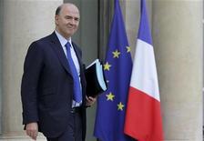 <p>Pierre Moscovici, le ministre de l'Economie, a déclaré mercredi que l'accord conclu lundi par l'Union européenne sur la réduction de la dette grecque coûtera au moins 115 millions d'euros par an à la France du fait de la réduction des taux d'intérêt consentie. /Photo prise le 28 novembre 2012/REUTERS/Philippe Wojazer</p>