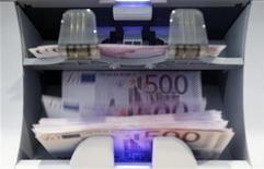 """<p>Le gouvernement français entend imposer aux banques qu'elles isolent leurs activités pour compte propre et qu'elles mettent fin à des pratiques jugées trop risquées, tout en prenant soin de préserver le modèle de """"banque universelle"""" cher aux établissements tricolores. /Photo d'archives/REUTERS/Pascal Lauener</p>"""