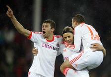 <p>Le Bavarois Anatoliy Tymoshchuk (au centre) félicité par ses coéquipiers Thomas Müller (à gauche) et Rafinha après avoir marqué. Vainqueur sur la pelouse de Fribourg 2-0 mercredi, le Bayern Munich compte désormais dix points d'avance en tête de la Bundesliga, s'assurant ainsi de passer au chaud la trêve hivernale. /Photo prise le 28 novembre 2012/REUTERS/Lisi Niesner</p>