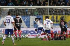 <p>But de Bafétimbi Gomis (au centre), auteur d'un triplé. Sur la pelouse détrempée du stade Vélodrome, Lyon s'est imposé 4-1 mercredi devant Marseille pour prendre la tête de la Ligue 1 au Paris Saint-Germain, lors d'un match en retard de la 10e journée. /Photo prise le 28 novembre 2012/REUTERS/Philippe Laurenson</p>