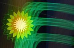 """<p>Le gouvernement américain a exclu BP de tout nouveau contrat fédéral en raison de """"probité déficiente dans la conduite des affaires"""" révélée par la marée noire de 2010, une décision qui pourrait mettre en péril la présence du pétrolier britannique aux Etats-Unis. /Photo prise le 18 octobre 2012/REUTERS/Alexander Demianchuk</p>"""