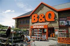 <p>Kingfisher, numéro un européen des magasins de bricolage et d'aménagement intérieur, et propriétaire entre autres des enseignes B&Q et Castorama, a annoncé une baisse de 6% de son bénéfice trimestriel, conséquence du recul de ses ventes en France et au Royaume-Uni, ses deux principaux marchés, et d'effets de change défavorables. /Photo d'archives/REUTERS/Alessia Pierdomenico</p>