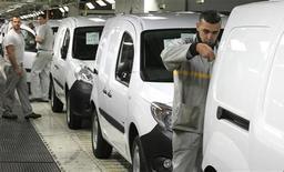 <p>Deux usines automobiles, l'une appartenant à PSA Peugeot Citroën et l'autre à Renault, sont perturbées jeudi par des mouvements de grève. /Photo prise le 8 octobre 2012/REUTERS/Pascal Rossignol</p>