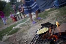 """<p>Camp de Roms en bordure de Garonne, à Toulouse. Amnesty International estime que, malgré un """"changement de ton"""" de la part du nouveau gouvernement à l'égard des populations roms, les expulsions forcées se poursuivent en France, en violation du droit international, et demande leur arrêt immédiat. /Photo prise le 11 septembre 2012/REUTERS/Bruno Martin</p>"""