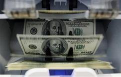 """<p>Un nombre croissant d'entreprises américaines s'empressent actuellement de distribuer des dividendes et la tendance devrait s'accentuer jusqu'à la fin de l'année en raison des incertitudes liées au """"mur budgétaire"""". Les quelque 600 milliards d'augmentations d'impôts et de coupes dans les dépenses publiques qui s'appliqueraient en cas de défaut d'accord incitent des sociétés cotées soit à avancer des paiements, soit à distribuer des dividendes exceptionnels. /Photo d'archives/REUTERS/Pascal Lauener</p>"""