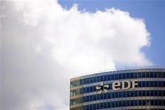 <p>Le gestionnaire du réseau de distribution d'électricité français ERDF, filiale à 100% d'EDF, pourrait avoir à rembourser au total près de 8,8 milliards d'euros aux clients du groupe en raison d'une surfacturation réalisée depuis 2009. Conséquence de la décision du Conseil d'Etat d'annuler le tarif d'utilisation des réseaux publics pour la période 2009-2013, cette restitution avancée par le quotidien Le Parisien entraînait une chute du titre d'EDF de 3,36% à 13,79 euros, vers 10h25. /Photo d'archives/REUTERS/Charles Platiau</p>