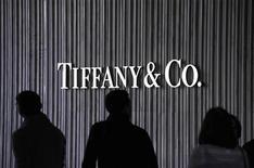 <p>Tiffany & Co a abaissé jeudi ses prévisions de vente et de bénéfice annuels, évoquant la conjoncture économique mondiale et de médiocres ventes des bijoux en argent. /Photo d'archives/REUTERS/Phil McCarten</p>