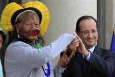 <p>La tournée européenne du chef indigène brésilien Raoni Metuktire est passée jeudi par l'Elysée, où le défenseur de la cause des indiens d'Amazonie a reçu le soutien du président François Hollande. /Photo prise le 29 novembre 2012/REUTERS/Gonzalo Fuentes</p>